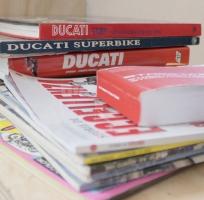 Libri e riviste sulla storia delle moto Ducati nella officina di Desmo Market