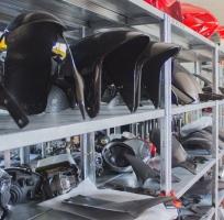 uno scaffale della nostra officina con veri modelli di parafanghi in carbonio